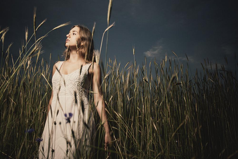 zdjęcie dziewczyny z wykorzystaniem lampy błyskowej