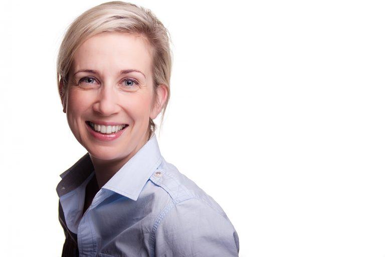 zdjęcie biznesowe kobiety na białym tel