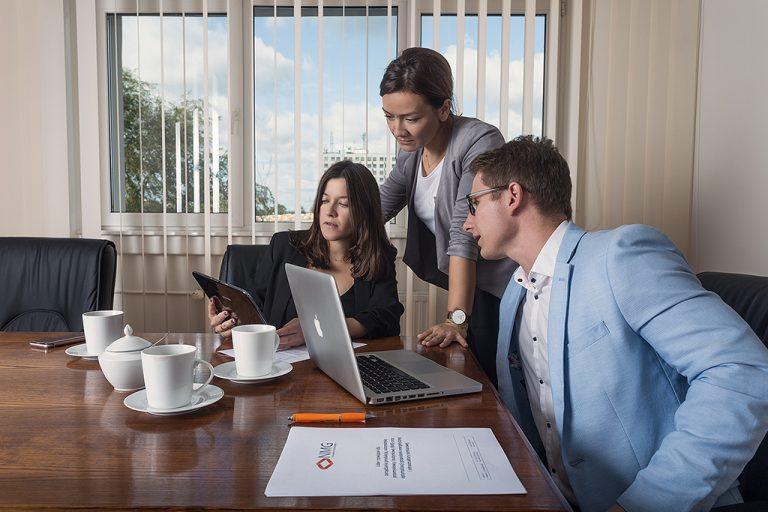 fotografia pracy biurowej ludzi