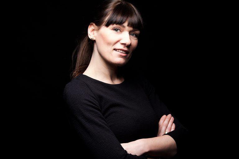 zdjęcie wizerunkowe kobiety na ciemnym tel